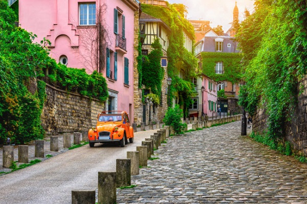 Paris, Pháp: Khu Montmartre được coi là đẹp nhất tại thành phố Paris, với đường phố lát đá cuội, quảng trường cỏ và những ngôi nhà nhiều màu sắc.