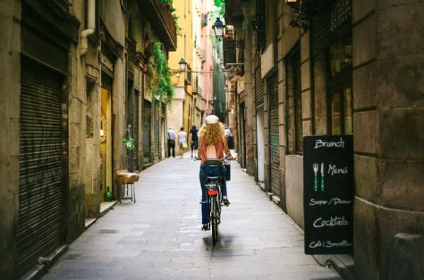 Barcelona, Tây Ban Nha: Tại các thành phố khác, du khách buộc phải tới bảo tàng để chiêm ngưỡng nghệ thuật. Nhưng ở Barcelona, đường phố giống như một khu triển lãm nghệ thuật.