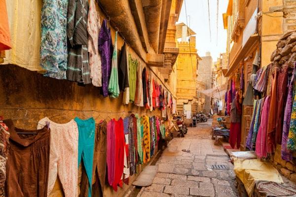 """Jaisalmer, Ấn Độ: Jaisalmer được coi là """"Thành phố vàng"""" của Ấn Độ, vì nơi đây nổi tiếng với kiến trúc sa thạch vàng và những khu chợ nhộn nhịp."""