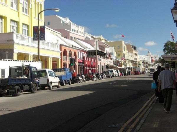 Hamilton, Bermuda: Được coi là một trong những quốc gia đắt đỏ nhất thế giới, Bermuda không phải là điểm đến dành cho du khách ít tiền. Thành phố thủ đô Hamilton nổi tiếng với các tòa nhà cổ nhiều màu sắc và các cửa hàng bán đồ xa xỉ.