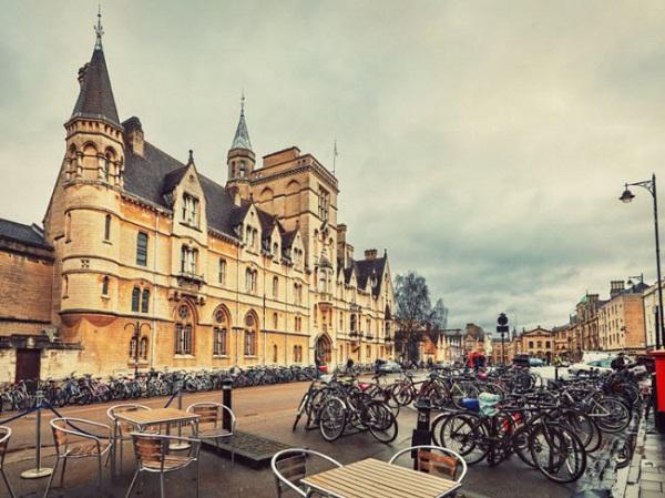 Oxford, Anh: Thành phố là quê hương của một trong những trường đại học nổi tiếng nhất thế giới. Đường phố ở đây gây ấn tượng với các tòa nhà mang phong cách đặc trưng của Anh.
