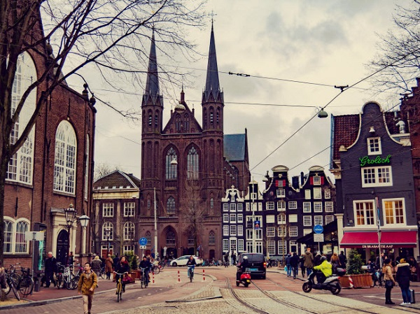 Amsterdam, Hà Lan: Không chỉ nổi tiếng với các con kênh, thành phố Amsterdam cũng gây ấn tượng với đường phố lát đá cuội dẫn du khách qua các cửa hàng và quán cà phê cổ kính.