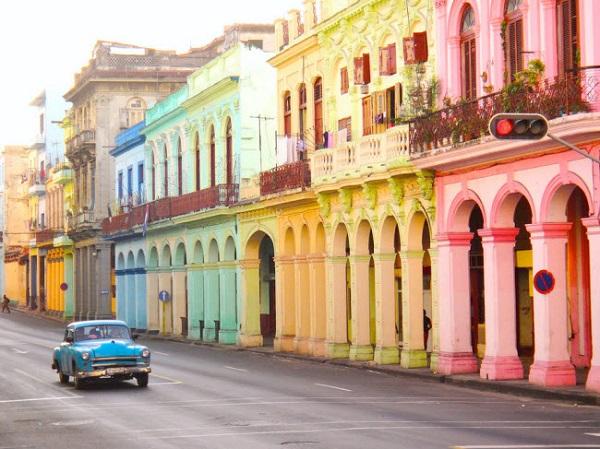 Havana, Cuba: Màu sắc của những ngôi nhà và ô tô cổ trên đường phố hòa quyện vào nhau tạo thành khung cảnh vô cùng ấn tượng.