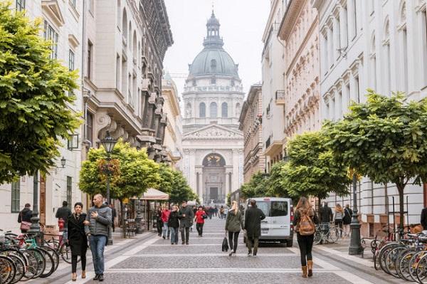 Budapest, Hungary: Budapest là thành phố lý tưởng để khám phá bằng đi bộ. Du khách có thể chiêm ngưỡng các công trình kiến trúc độc đáo như nhà thờ cổ, cầu và lâu đài dành cho vua chúa thời xưa.