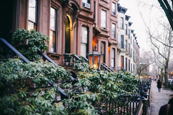 Brooklyn, New York, Mỹ: Khi nghĩ về thành phố New York, mọi người thường hình dung ra hình ảnh náo nhiệt của khu Manhattan. Mặc dù vậy, khu Brooklyn cũng gây ấn tượng với đường phố lát đá xanh và rợp bóng cây.