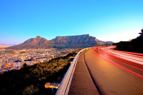 Núi Bàn, Nam Phi: Ngọn núi với đỉnh bằng phẳng ở thành phố Cape Town là một trong những điểm du lịch nổi tiếng nhất ở Nam Phi. Du khách có thể lựa chọn di dạo dọc các con đường ven biển hoặc đi cáp treo để ngắm cảnh.