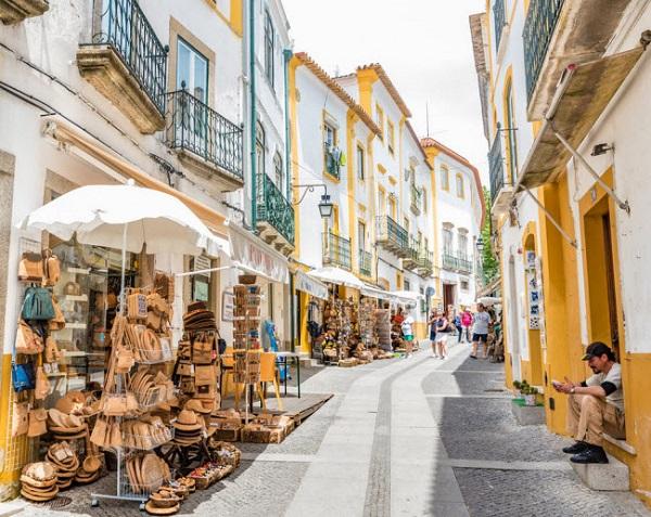 Évora, Bồ Đào Nha: Nằm ở trung tâm vùng Alentejo, Évora là thị trấn cổ tuyệt đẹp ở Bồ Đảo Nha. Tới đây, du khách có thể đi bộ dọc đường phố lát đá cuội, thăm các bảo tàng và chiêm ngưỡng nhiều tượng đài đẹp.