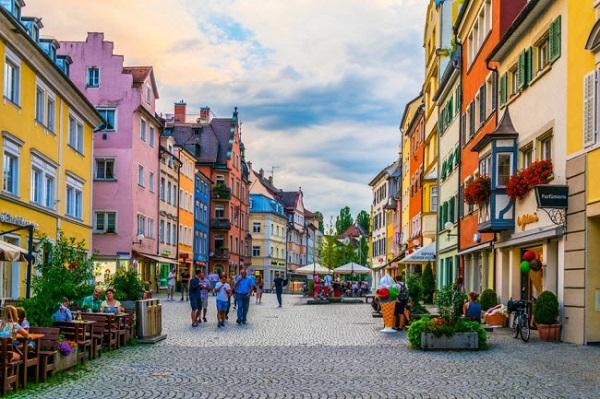 Lindau, Đức: Hòn đảo nằm giữa biên giới Đức và Thụy Sĩ được coi là trung tâm lịch sử với các ngôi nhà nhiều màu sắc từ thời Trung cổ và những con đường lát đá cuội.