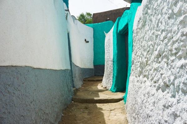 Harar, Ethiopia: Harar là thành phố linh thiêng nằm ở miền đông Ethiopia và được bao quanh bởi những bức tường thành nhiều thế kỷ. Bên trong thành phố giống như một mê cung, vói các ngôi nhà truyền thống và hiện đại đan xen lẫn nhau.