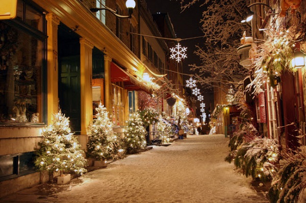 Québec, Canada: Thành phố trở thành xứ sở thần thiên vào mùa đông với ánh sáng trang hoàng nhà thờ và lâu đài cổ dọc đường phố lát đá cuội.