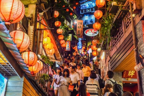 Tân Bắc, Đài Loan: Nằm tại quân Ruifang của thành phố Tân Bắc, ngôi làng nhỏ Jiufen nổi tiếng với đường phố lát đá cuội, phong cảnh biển đẹp và đèn lồng trang trí dọc đường phố.