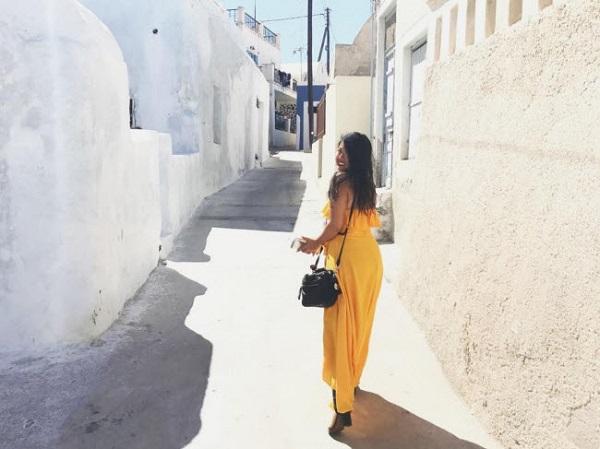 Santorini, Hi Lạp: Nhà thờ mái xanh, tường trắng, đường nhiều màu sắc và phong cảnh biển đẹp là những nét hấp dẫn nhất trên đảo Santorini. Nơi đây được coi là một trong những điểm đến lãng mạn nhất thế giới dành cho các cặp tình nhân.