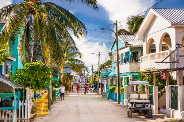 Belize, Trung Mỹ: Đường phố ở thành phố này nổi bật với những ngôi nhà nhiều màu sắc. Nhưng một điều lưu ý với du khách là tỷ lệ tội phạm ở đây rất cao.