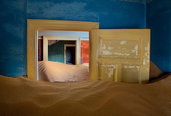 Khu khai thác mỏ bỏ hoang ở Kolmanskop - Ảnh: Ian Plant