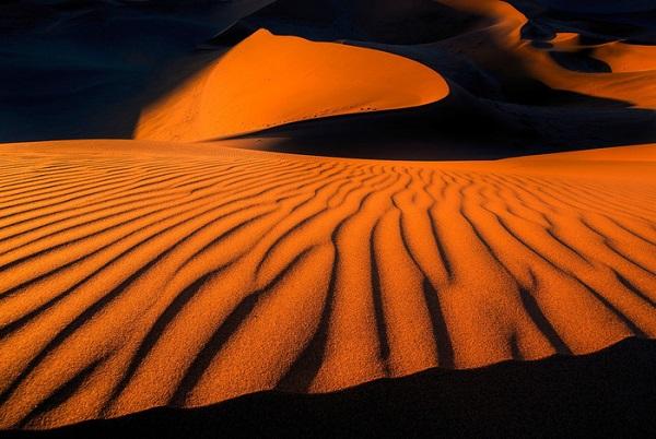 Sa mạc Namib đẹp kì ảo dưới ánh hoàng hôn - Ảnh: Ian Plant