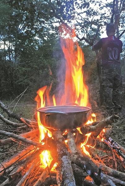 Nấu ăn giữa rừng - Ảnh: THỦY PHẠM