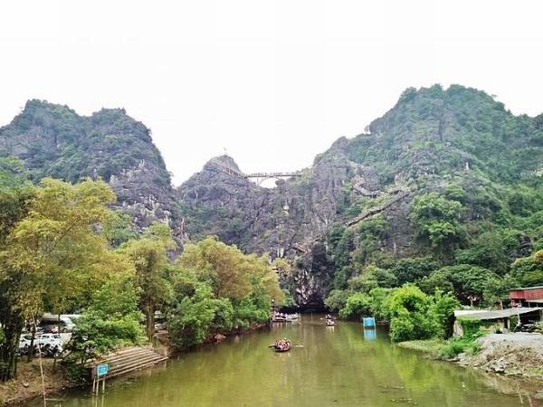 Ở Tràng An có hai địa danh là Tràng An và Tràng An cổ. Trong đó, Tràng An, nơi thu hút hàng nghìn lượt khách du xuân mỗi ngày, là khu mới được xây dựng bằng cách đắp đập, trữ nước, đào xuyên núi, tạo thành những dòng sông ngầm. Cách đó 2 km là Tràng An cổ, có vẻ đẹp nguyên sơ. Ảnh: Hanggriibii.