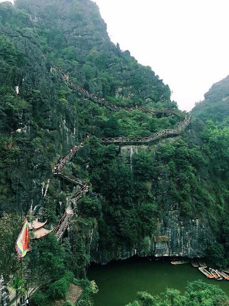 Dù mở cửa đón khách từ lâu, gần đây những hình ảnh về Tràng An được nhiều bạn trẻ mê khám phá chia sẻ rộng rãi và hỏi tìm đường đến. Một trong những điểm hấp dẫn nhất ở đây là con đường quanh co lên núi. Ảnh: Leej Gin.
