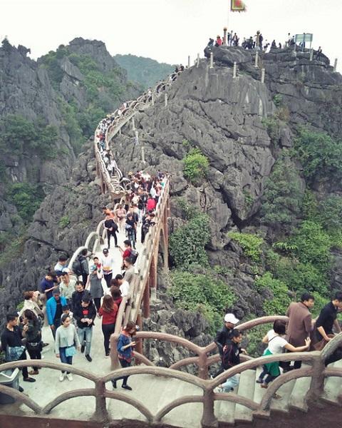 Để leo lên đỉnh núi, du khách sẽ mất 30 phút đến một tiếng, tùy sức khỏe mỗi người. Nơi này không mất phí để leo lên núi như thăm Hang Múa. Ảnh: Hanggriibii.