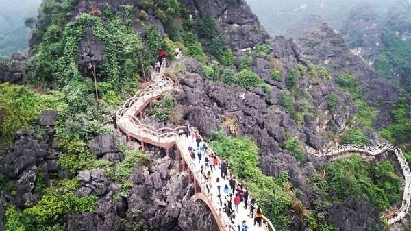 Từ đỉnh núi, du khách có thể phóng tầm mắt chiêm ngưỡng toàn cảnh Tràng An hoang sơ với núi non trùng điệp, làng mạc và những cánh đồng. Ảnh: Thumoon2031.