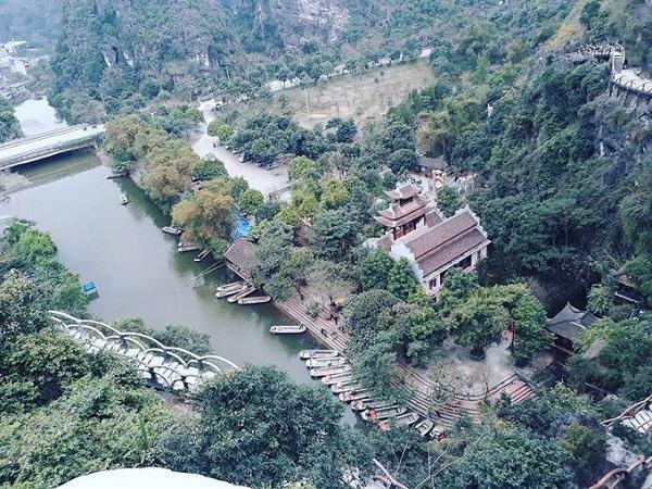 Du khách đến đây thường thuê thuyền vãn cảnh, giá 45.000 đồng/người. Bến thuyền cách điểm leo núi khoảng 100 m. Thời gian đi thuyền khoảng 2 tiếng, qua một động và một đền. Ảnh: Quyên Henecia.