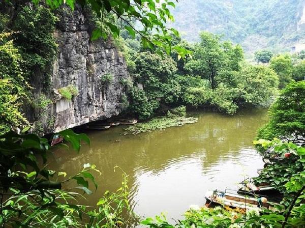 Một trong những điểm dừng chân là hang Luồn, nơi còn lưu giữ các ký tự khắc trên đá từ thời vua Đinh. Ảnh: Imnhungblue.