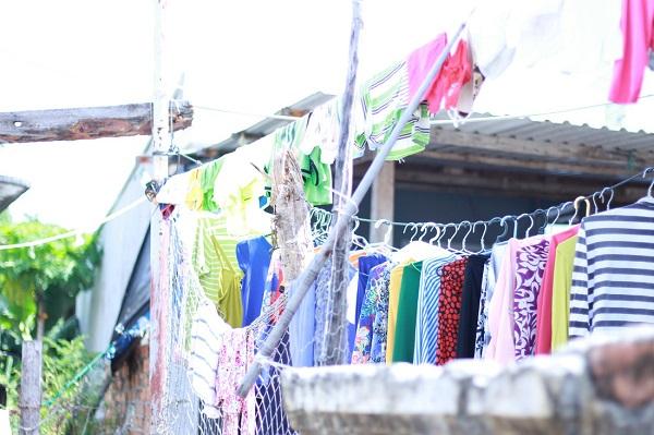 Ánh nắng bình yên phơi khô quần áo, phơi khô những nhọc nhằn nơi đảo xa - Ảnh: Bông Mai
