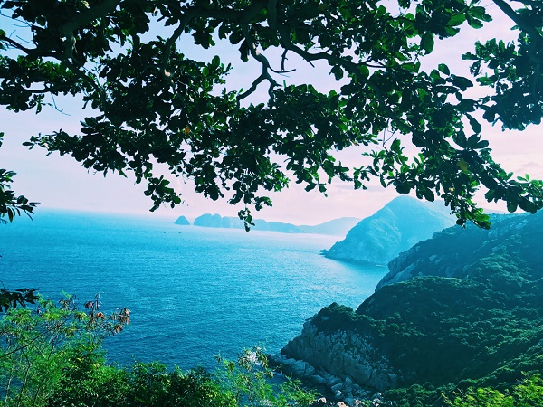 Khung cảnh bình dị kết hợp núi sông nhìn từ hải đăng Hòn Lớn, thuộc xã đảo Bích Đầm - Ảnh: Bông Mai