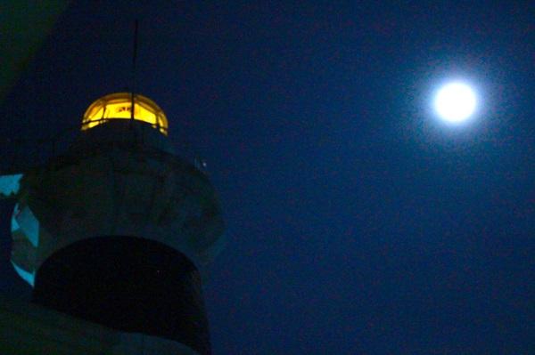 Dừng chân tại hải đăng Hòn Lớn trong đêm trăng rằm, cảm nhận sự bình yên của đất trời trong lòng biển đảo - Ảnh: Bông Mai