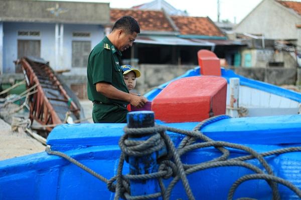 Những cuộc gặp gỡ, biệt li giữa xã đảo và đất liền trở thành một phần tất yếu của người dân xã đảo xa xôi của Nha Trang - Ảnh: Bông Mai