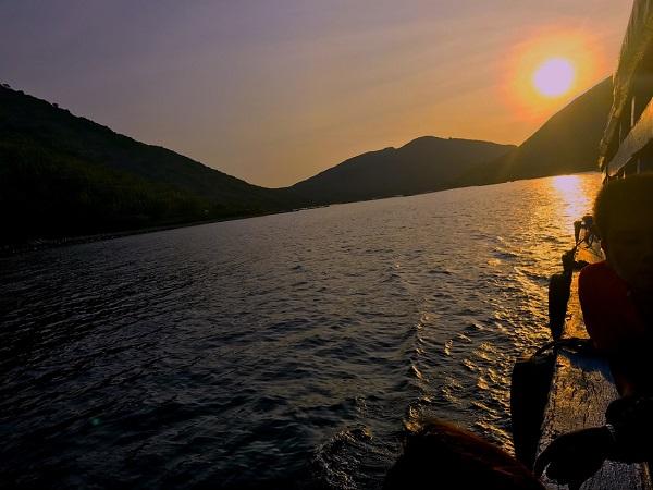 Đón bình minh xã đảo Bích Đầm trên con tàu rời đảo vào đất liền lúc 6 giờ sáng - Ảnh: Bông Mai