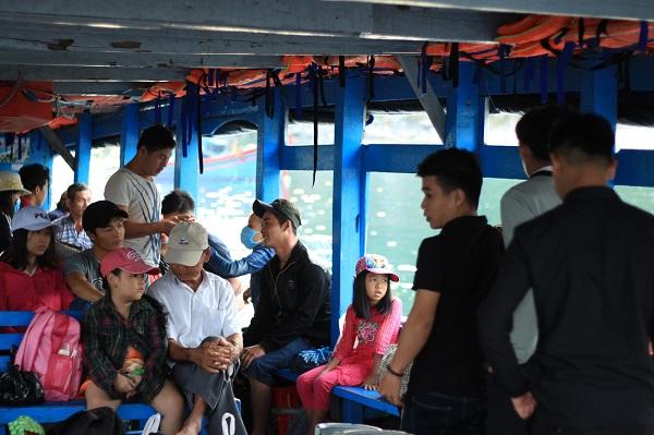 Với các em thơ sinh sống tại Bích Đầm, con đường đến trường gắn liền với hành trình vượt biển - Ảnh: Bông Mai