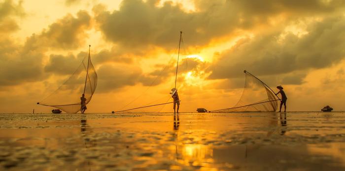 Hãy dành một chuyến đi trên thuyền dọc dòng Mê Kông, thưởng thức ly rượu và ngắm nhìn khung cảnh hai bên bờ.