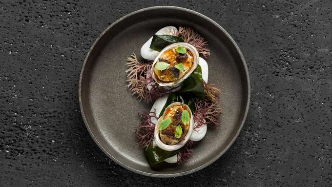 7. Amber, Hong Kong  Đầu bếp Hà Lan Richard Ekkebus nổi tiếng nhờ các món ăn Pháp kinh điển và cách sử dụng những nguyên liệu thượng hạng của châu Á. Nhà hàng Amber của Richard đã giành 2 sao Michelin.