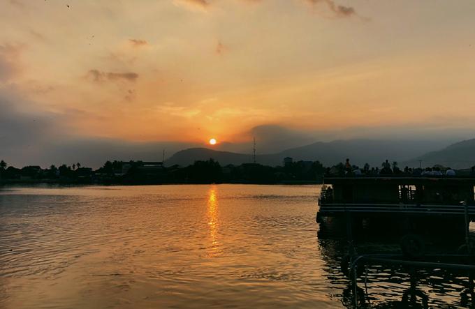 Hoàng hôn ảo diệu trên dòng sông Kampot.