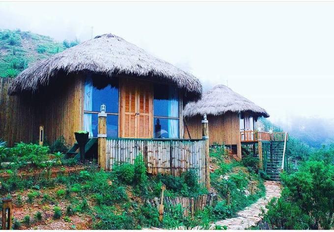 Sapa Clay House  Homestay là lựa chọn của nhiều du khách đến Sa Pa khi không tốn quá nhiều tiền mà vẫn hòa được vào không gian sống của người dân nơi đây. Và homestay dựa theo kiến trúc của người Hà Nhì là một gợi ý. Nơi này nằm ở Lao Chải, cách trung tâm thị trấn khoảng 3 km, nhưng đổi lại có không gian yên bình, hoang sơ.