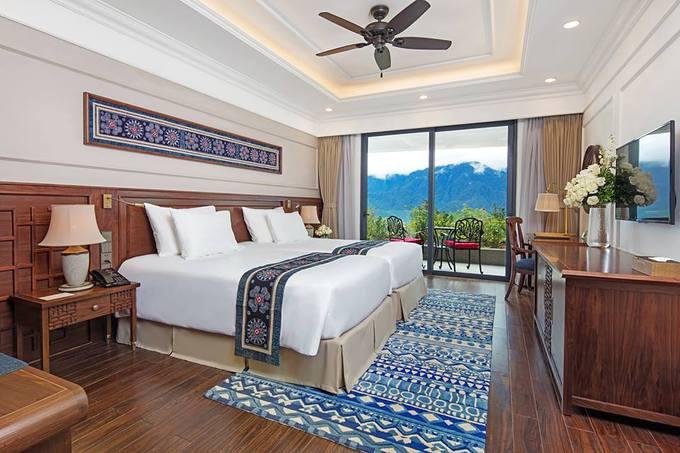 Khách sạn có 155 phòng nghỉ với các hạng classic, suite, duplex, bungalow, giá từ 2,5 triệu đồng/đêm. Mỗi phòng đều có ban công riêng để tận hưởng không gian trong lành và thu vào khung cảnh hùng vĩ của núi rừng.