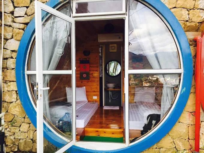 Khu nghỉ có khoảng 49 phòng, khách có thể chọn phòng cho 4 người hoặc 2 người, giá từ 500.000 đồng. Trước mặt khu nghỉ cũng là view núi 3 mặt nên rất sảng khoái khi ngủ dậy, bạn mở ngay tấm rèm trước cửa.