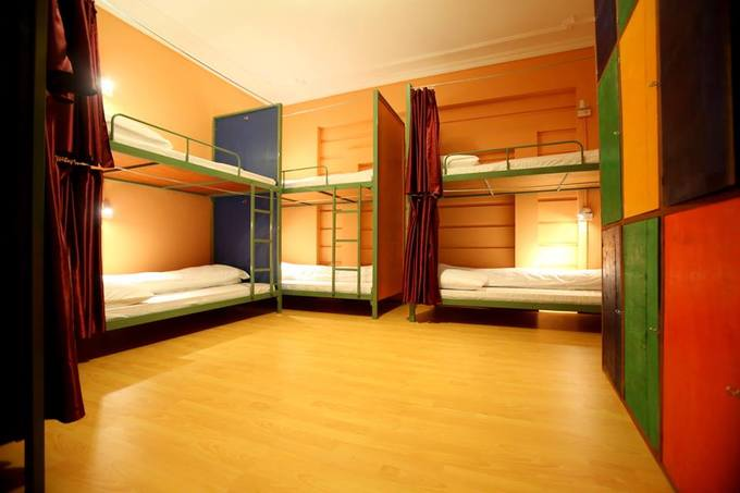 Các phòng đều được phủ sóng wifi miễn phí, tủ đựng đồ cá nhân có khóa, giường có rèm che và đèn đọc sách. Bạn có thể chọn phòng chung hoặc phòng riêng, giá từ 110.000 đồng/người.