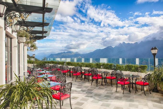 Silk Path Grand Resort & Spa Sapa  Thêm một lựa chọn cao cấp cho bạn là khách sạn tọa lạc trên một ngọn đồi độc lập gần đường Thác Bạc. Nằm trên cao, du khách cũng có thể phóng tầm mắt ra dãy Hoàng Liên. Khách sạn có bể bơi 4 mùa, phòng gym, spa, quán cà phê và nhà hàng Âu Á. Tô điểm cho kiến trúc mang hơi thở châu Âu này là những cây hoa hồng xinh xắn được trồng bên tường.