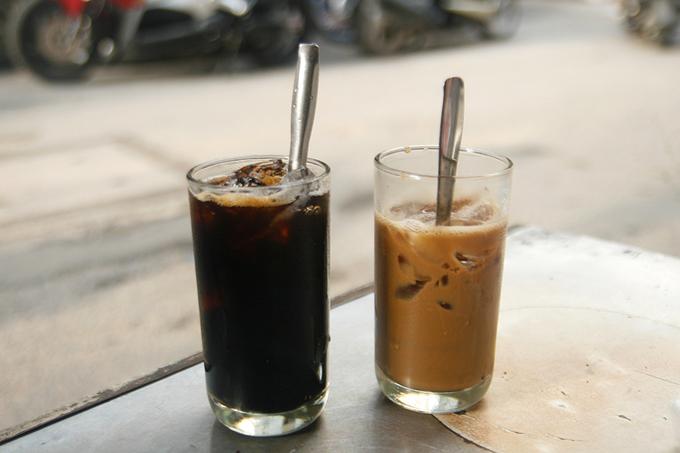 Giá một ly cà phê là 15.000 đồng. Ngoài cà phê, cà phê sữa, quán còn có nước sâm, nha đam...