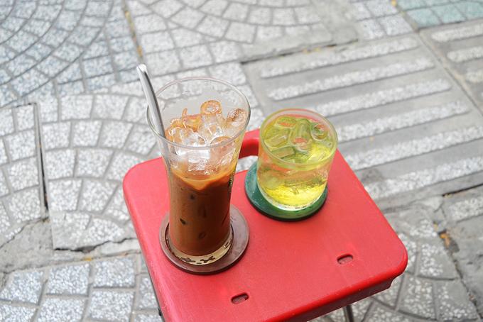Thực đơn chủ yếu là các loại cà phê, giá một phần từ 30.000 đồng trở lên. Ngoài cà phê, quán còn có nước chanh đá và bán cà phê hạt.