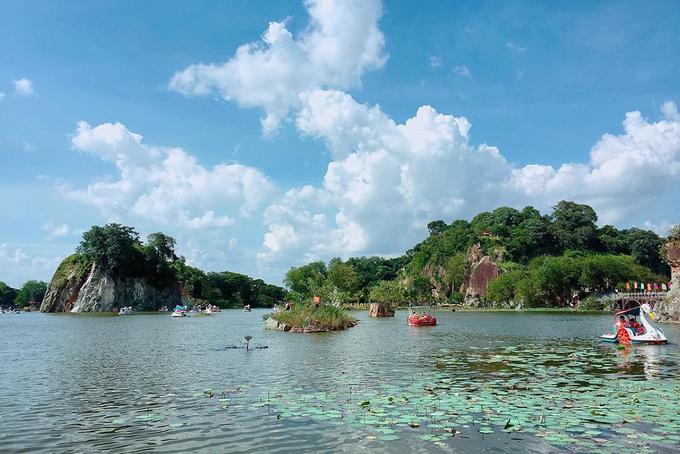 """Khu du lịch Bửu Long, Đồng Nai  Để lại những ồn ào phố thị thường ngày, du khách đến đây có thể thư giãn trước hồ nước xanh biếc hoặc ngồi trên thuyền thiên nga đi dạo quanh hồ. Nếu không, bạn có thể ngắm những ngọn núi nhỏ quanh hồ. Mỗi góc của thiên nhiên ở đây đều có thể cho bạn những bức hình """"sống ảo"""". Ảnh: Bell."""