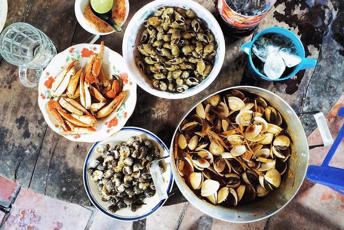 Những món hải sản tươi ngon như nghêu hấp sả, tôm nướng, ghẹ hấp... được chế biến tại chỗ sẽ là điều khiến bạn yêu thích nơi này. Biển cách TP HCM khoảng 80 km. Ảnh: Lê Đình Thụy.