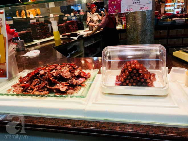 Món thịt khô Bak Kwa được làm từ các loại thịt như heo, bò, gà.