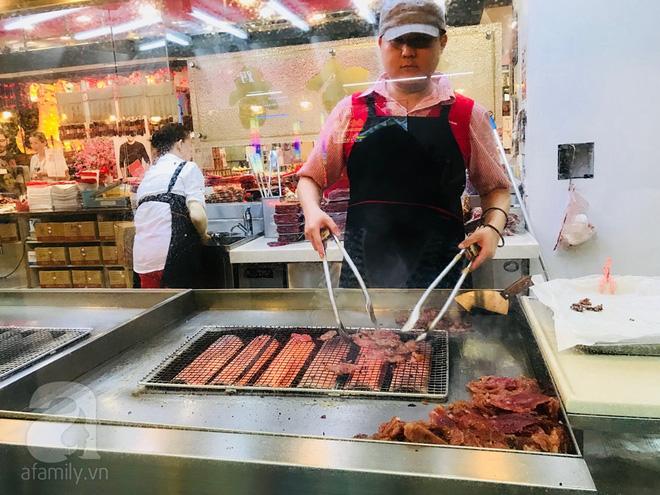 Một cửa hàng bán Bak Kwa tại Chinatown có bếp nướng ngay tại cửa hàng cho khách hàng tham quan.