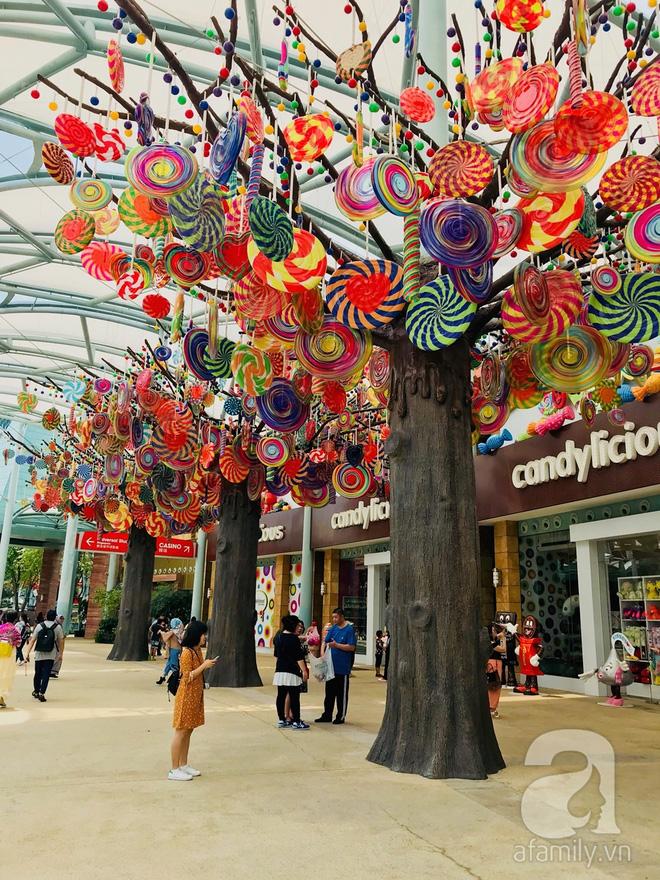 """Ngay bên ngoài cửa hàng là những """"cây kẹo"""" trang trí bắt mắt."""