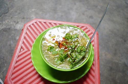 Súp cua  Sẽ không khó để thực khách tìm thấy một hàng bán súp cua ở đường phố Sài Gòn. Món ăn phổ biến vào khoảng xế chiều và chập tối. Đây cũng là món ăn quen thuộc của nhiều thế hệ học sinh, sinh viên ở Sài Gòn. Giá một phần súp cua khoảng 15.000 đồng.  Địa chỉ gợi ý: Nguyễn Du (quận 1), chợ Thiếc (quận 11), chợ Hồ Thị Kỷ (quận 3), bạn cũng sẽ tìm thấy một số hàng súp cua dạo ở quận Phú Nhuận, quận 5. Ảnh: Di Vỹ.