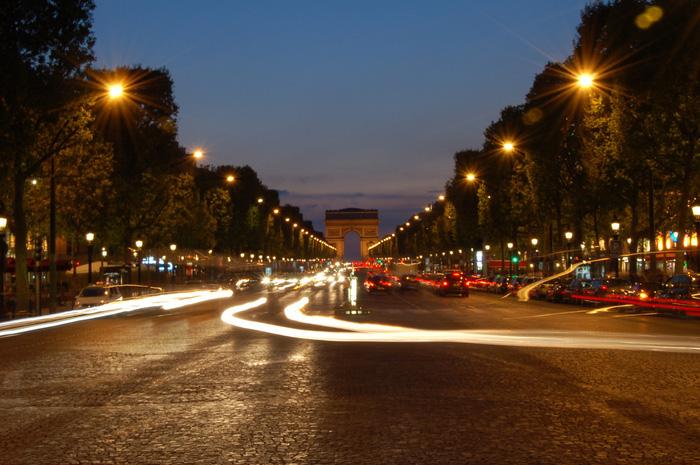 Đại lộ Champs-Élysées đẹp nhất là vào ban đêm. Ảnh: Quốc Đại