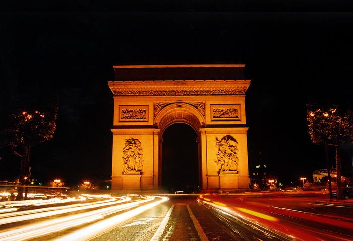 Khải Hoàn Môn - nơi du khách có thể leo bộ hoặc dùng thang máy lên đỉnh để nhìn ngắm toàn cảnh Paris. Ảnh: Quốc Đại